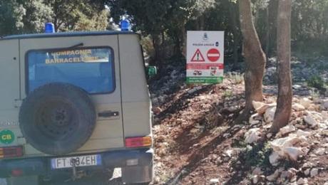 سيارة ينقذها رجال الإطفاء بالقرب من باوني ، سردينيا ، بعد اتباع توجيهات خرائط جوجل على طريق غير سالك