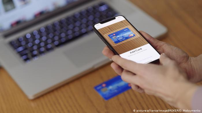 نظام الدفع الإلكتروني في موبايل أيفون