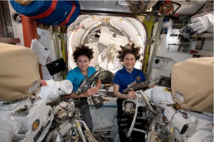 رائدتا الفضاء الأمريكيتان كريستينا كوتش (إلى اليمين) وجيسيكا مير في محطة الفضاء الدولية في صورة نشرتها إدارة الطيران والفضاء الأمريكية (ناسا) يوم 17 أكتوبر 2019