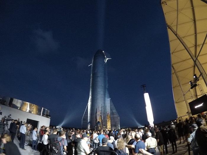 """مركبة الفضاء """"ستار شيب"""" تعرض علي الجمهور بعد أن قدمها رئيس شركة سبيس اكس"""
