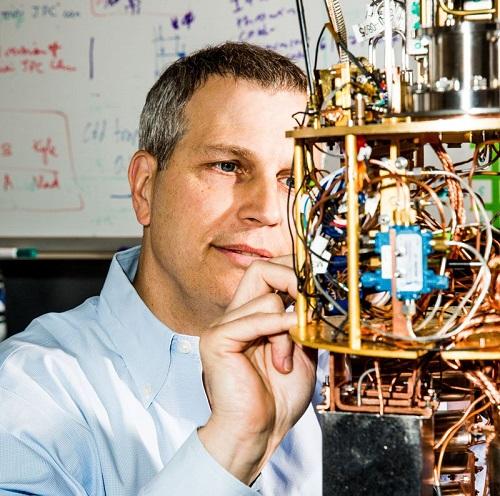 """روبرت شولكوبف، من جامعة """"يل"""" بولاية كونيتيكت الأمريكية، يطور جهاز تبريد يعمل على تبريد وحدات التوصيل فائقة التوصيل إلى ما فوق الصفر المطلق"""