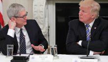 الرئيس الأمريكي ترامب مع الرئيس التنفيذي لشركة أبل تيم كوك