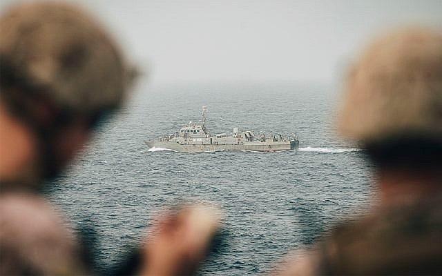 قوات المارينز الأمريكية تراقب سفينة تابعة للبحرية الإيرانية من المدمرة الأمريكية جون ب. مورثا في مضيق هرمز ، 12 أغسطس 2019