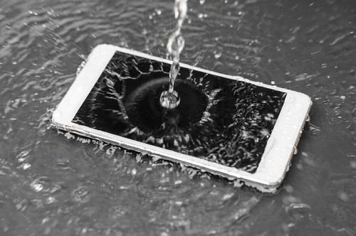 قد تبدو الفكرة جنونية، عندما يسقط الموبايل في ماء البحر فمن الأفضل غسله بمياة عذبة