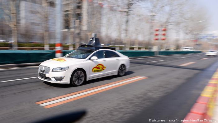 سيارة ذاتية القيادة تستخدم تقنية الذكاء الإصطناعي