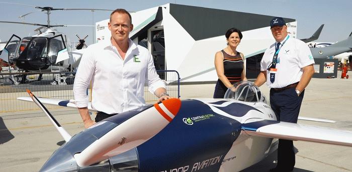 كشف جيف زالتمان مؤسس والرئيس التنفيذي لشركة Air Race E عن طائرة السباق الكهربائية، بدعم من ساندرا بور شيفر ومارتن وايزمان، رئيسة فريق كوندور