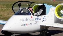 لأول مرة تعرض طائرة سباقكهربائية خلال اليوم الأول من معرض دبي للطيران في دبي، الإمارات العربية المتحدة، 17 نوفمبر 2019