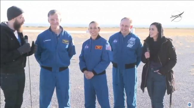 تحدثت المتحدثة باسم ناسا دان هووت، ورائد فضاء بوينج كريس فيرجسون ورائدا فضاء ناسا نيكول مان ومايك فينك، والمتحدثة باسم بوينج جيسيكا لاندا، بعد اختبار هبوط الكبسولة بالمظلات في 4 نوفمبر 2019