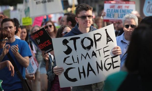 المتظاهرون يحتجون على قرار ترامب بالخروج من اتفاق باريس للمناخ