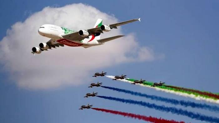 طائرة طيران الإمارات من طراز A-380 من طيران الإمارات تقود فريق الفرسان لعروض الأكروبات التابع لسلاح الجو الإماراتي خلال يوم افتتاح معرض دبي للطيران
