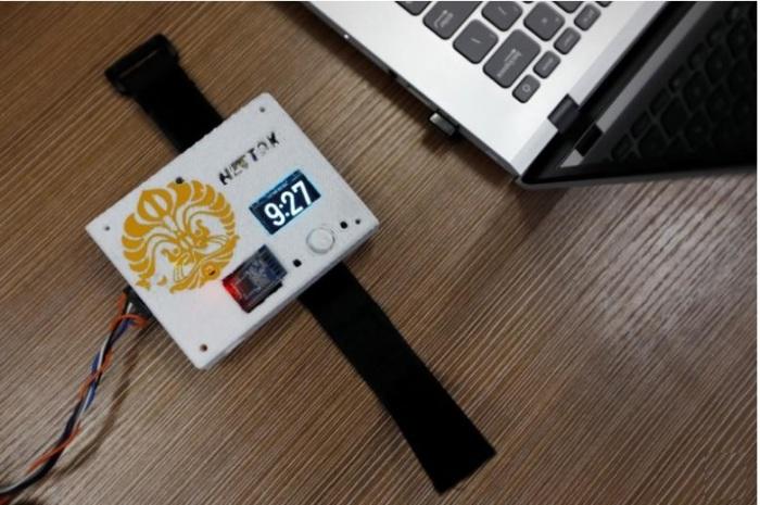جهاز نتوكس الذي ينبه مدمني الإنترنت لضرورة التوقف عن استخدام الهاتف في جامعة في ديبوك قرب جاكرتا في صورة التقطت يوم 16 أكتوبر 2019