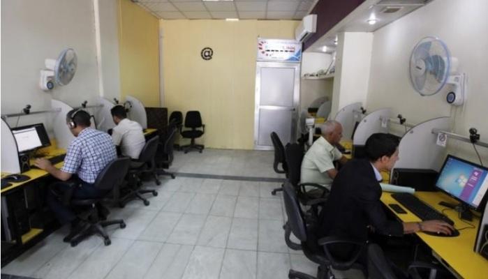 أشخاص يتصفحون الانترنت في مقهى للانترنت ببغداد