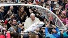 البابا فرنسيس يقوم بتحية طفل في الفاتيكان في صورة بتاريخ التاسع من اكتوبر 2019