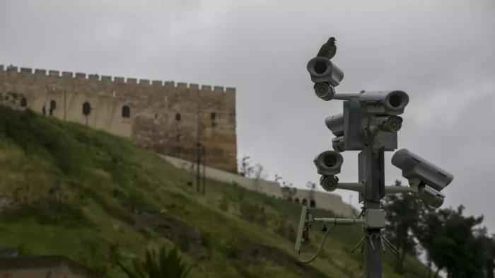 كاميرا مراقبة ثبتها الجيش الإسرائيلي في مدينة القدس ضمن آلاف الكاميرات التي تم تركيبها في الضفة الغربية
