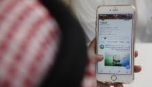 رجل يستخدم تويتر في مقهى في جدة بالمملكة العربية السعودية