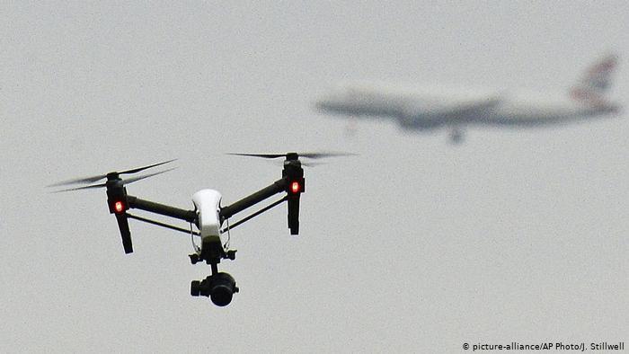 صورة رمزية لتحليق طائرة مسيرة بينما خلفها تحلق طائرة مدنية