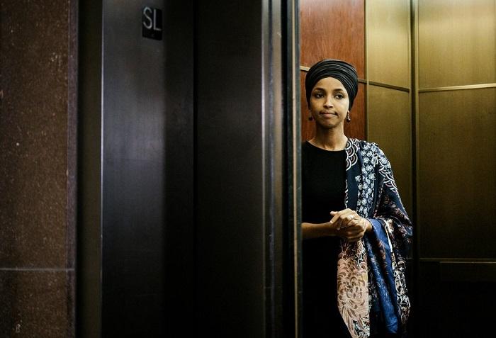"""كتبت عضوة الكونجرس إلهان عمر على تويتر: """"الخطاب العنيف يؤدي حتماً إلى تهديدات عنيفة، وفي النهاية أعمال عنف""""."""