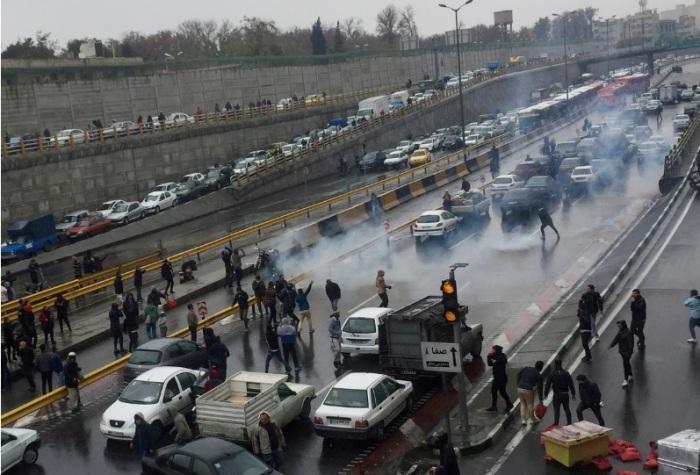 أشخاص يتظاهرون ضد رفع أسعار الوقود في طهران يوم 16 نوفمبر
