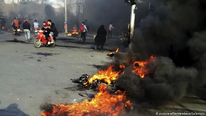 احتجاجات إيران أندلعت عقب رفع أسعار الوقود