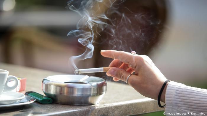 يأتي قرار رفع سن شراء التبغ بالولايات المتحدة مع ارتفاع معدلات التدخين الإلكتروني وانتشار موجة من أمراض الرئة المرتبطة به، والتي أسفرت عن 54 حالة وفاة حتى الآن