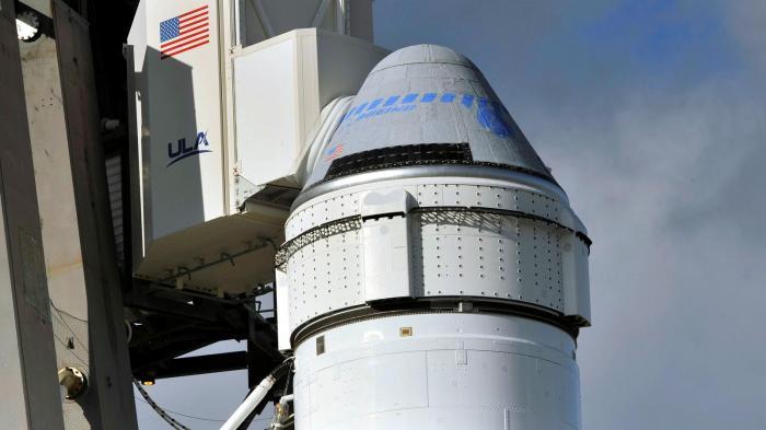 كبسولة بوينج ستارلاينر أعلى منصة الصواريخ قبل إطلاقها يوم الجمعة 20 ديسمبر