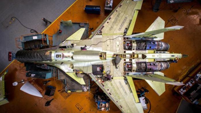 المقاتلة الروسية سوخوي 30 أثناء عملية التصنيع