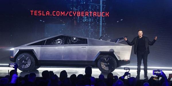 إلون موسك مؤسس شركة تيسلا يعرض الشاحنة الكهربائية الجديدة سيبرتراك
