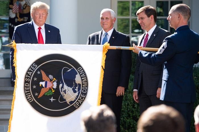 تم الكشف عن العلم الجديد لقيادة الفضاء الأمريكية خلال حفل مع الرئيس ترامب يوم 29 أغسطس 2019