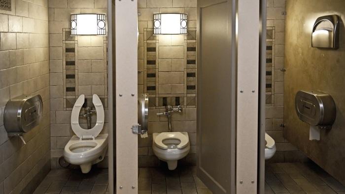 شركة بريطانية ناشئة تقترح مقعد للحمام تجعل من الجلوس عليه لفترة أطول من دقائق محددة أمرا مرهقا وغير مريح بهدف دفع الأشخاص لعدم قضاء وقت طويل دون داع بدورات المياه