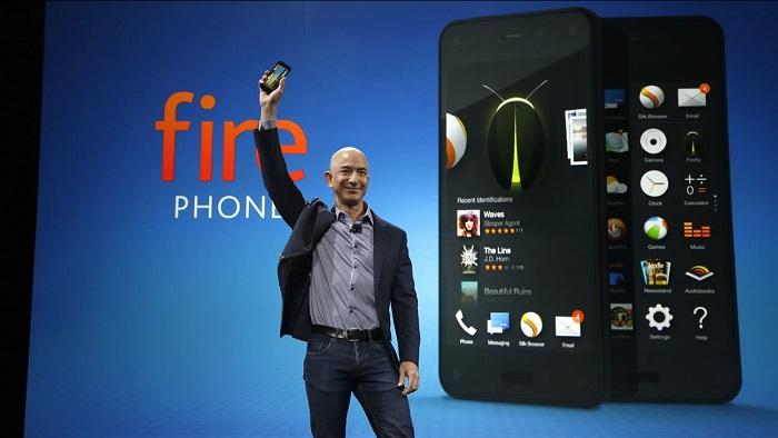 الرئيس التنفيذي لشركة أمازون جيف بيزوس يقدم هاتف أمازون فاير الجديد