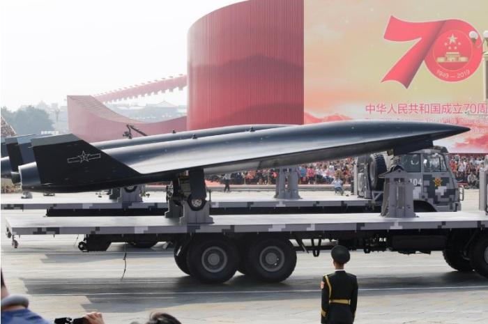سيارة عسكرية تحمل طائرة استطلاع المسيرة من طراز WZ-8 الأسرع من الصوت في ميدان تيانانمن خلال عرض عسكري بمناسبة الذكرى السبعين لتأسيس جمهورية الصين الشعبية، في يومها الوطني في بكين، الصين، 1 أكتوبر 2019