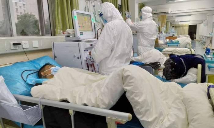 الطاقم الطبي في المستشفى المركزي في ووهان يعالج المرضى. توفي يوم السبت 25 يناير طبيب في المدينة يبلغ من العمر 62 عامًا بعد علاج مرضى فيروس كورونا. الصورة: المستشفى المركزي في ووهان