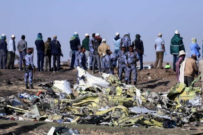 رجال الشرطة الإثيوبية يقفون في مكان تحطم طائرة الخطوط الجوية الإثيوبية رحلة ET 302، بالقرب من مدينة بيشوفو، جنوب شرق أديس أبابا، إثيوبيا 11 مارس 2019