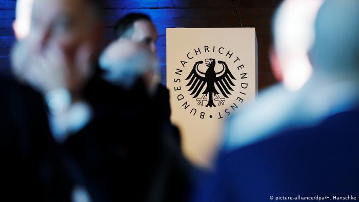 """تقوم المحكمة الدستورية الألمانية بمراجعة مشروعية قبام الحكومة بعمليات مراقبة وتصنت، بعد أن قدم العديد من الصحفيين والناشطين الحقوقيين شكوى بحجة أن القانون يسمح بالمراقبة """"غير المقيدة فعليًا"""" للصحفيين الأجانب"""