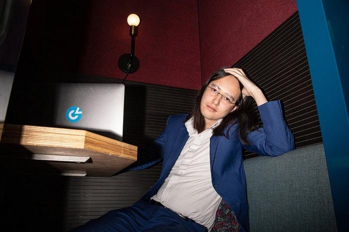 تون ثات مؤسس شركة كلير فيو التي تقارن الوجوه مع الصور التي توجد علي شبكة الإنترنت وشبكات التواصل الإجتماعي