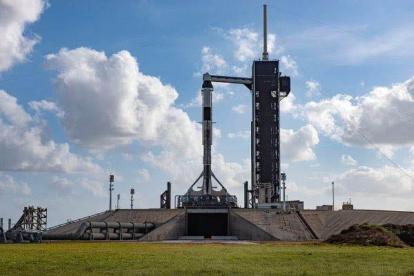 كبسولة الفضاء دراجون التي بنتها شركة سبيس إكس على متن صاروخ (فالكون 9) في مركز كينيدي للفضاء بولاية فلوريدا الأمريكية يوم الجمعة 17 يناير 2020