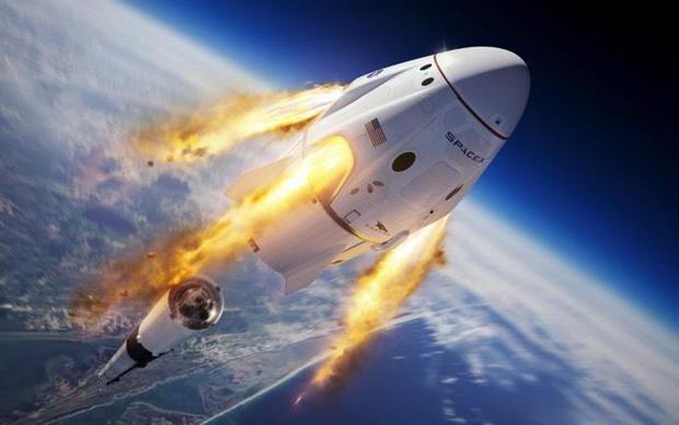 تصميم فني للكبسولة الفضائية كرو دراجون التي لن يكون عليها رواد فضاء خلال التجربة في اللحظات الأولية لإنفصالها عن الصاروخ فالكون 9 أثناء الرحلة لإظهار قدرة الكبسولة على دفع طاقم رواد الفضاء إلى بر الأمان في حالة حدوث عطل كارثي