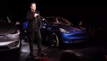 إيلون موسك مؤسس شركة تسلا ورئيسها التنفيذي أمام سيارة من طراز Y