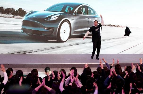 إيلون ماسك يرقص على المسرح خلال تسليم سيارات تسلا 3 في شنغهاي يوم الثلاثاء 7 يناير 2020