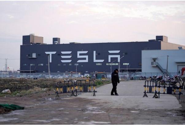 مصنع تسلا الضخم في مدينة شنغهاي وتظهر علامة أكبر شركة في العالم لتصنيع السيارات الكهربائية علي واجهة المصنع يوم 7 يناير 2020