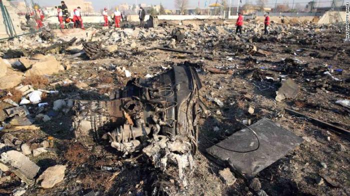 تعمل فرق الإنقاذ في مكان الحادث بعد تحطم طائرة أوكرانية تقل 176 راكبا في العاصمة الإيرانية طهران 8 يناير 2020