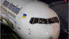 طائرة تابعة لشركة الخطوط الجوية الدولية الأوكرانية تقف في مطار في كييف