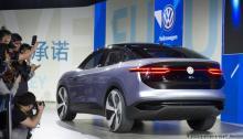 سيارة فولكسفاجن في معرض شنغهاي للسيارات بالصين