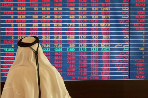 أحد المتعاملين يتابع حركة الأسهم في سوق الأوراق المالية بمدينة الدوحة عاصمة قطر