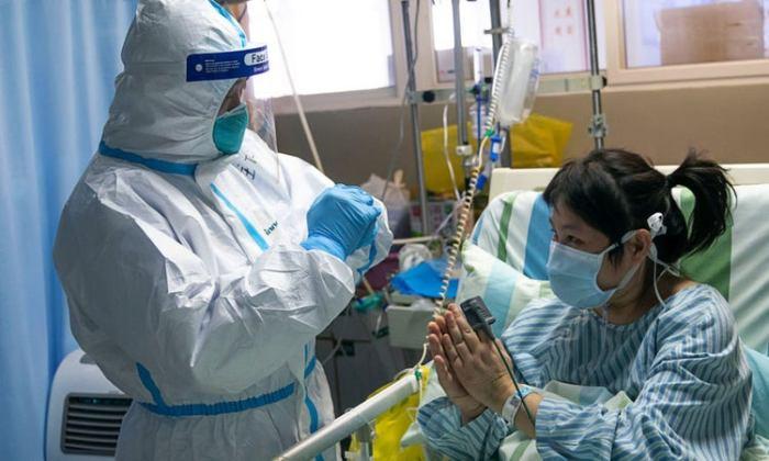 امرأة تعالج في مستشفى تشونجنان بجامعة ووهان في ووهان بمقاطعة هوبى