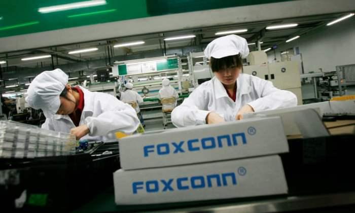 عاملات داخل مصنع فوكسكون الذي ينتج أجهزة أيفون في بلدة لونجهوا بمقاطعة قوانجدونج جنوب الصين