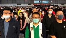موظفو شركة فوكسكون يرتدون أقنعة يحضرون حفل نهاية العام للشركة في تايوان