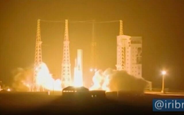 في هذه الصورة المأخوذة من مقطع فيديو، يتم إطلاق صاروخ إيراني يحمل قمراً صناعياً من ميناء الإمام الخميني الفضائي في محافظة سمنان الإيرانية، على بعد حوالي 230 كيلومتراً جنوب شرق عاصمة إيران ، طهران ، 9 فبراير 2020