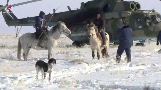 جاء السكان المحليون في كازاخستان لمشاهدة إخراج رواد الفضاء من الكبسولة سيوز يوم الخميس 6 فبراير 2020