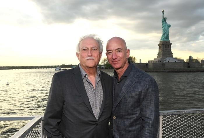 مايك وجيف بيزوس أمام تمثال الحرية في 15 مايو 2019 بمدينة نيويورك